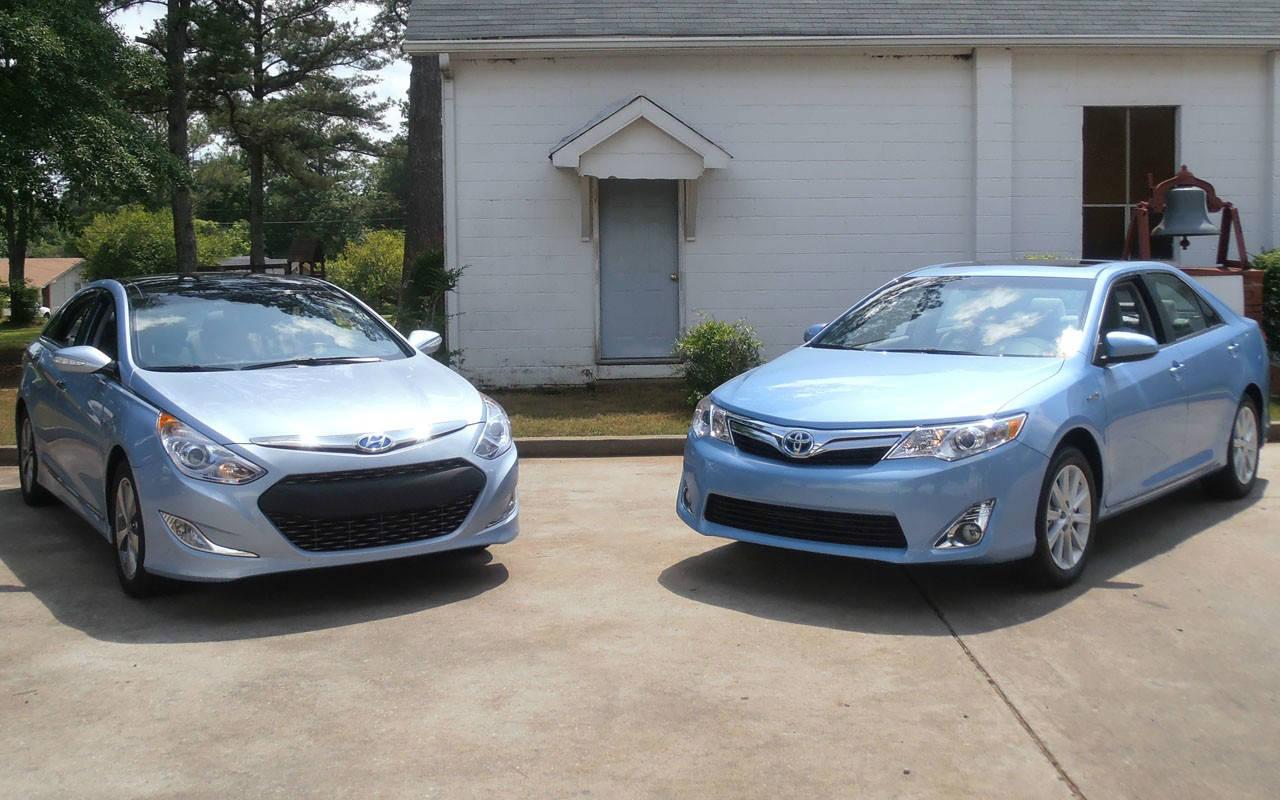 Hyundai Sonata Hybrid VS Toyota Camry! Similar Internal Equipment ...
