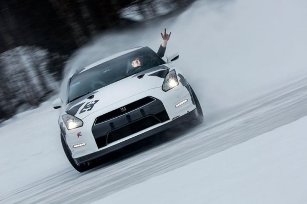 Nissan GT-R plays in the snow