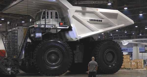 LARGEST Dump Truck in the World Liebherr T-284 1