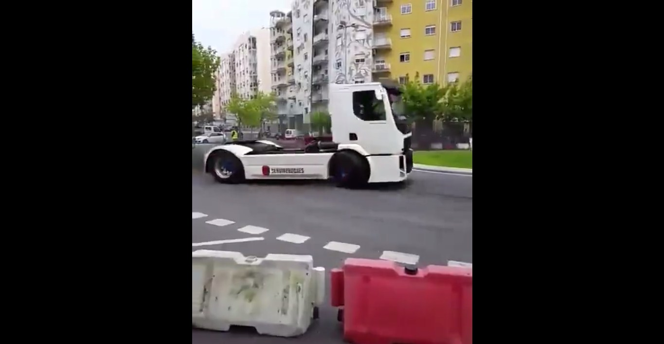 Smokey DRIFTING Around A Roundabout With A VOLVO TRUCK 2
