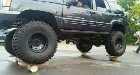 Jeep Grand Cherokee SUV Balances 6