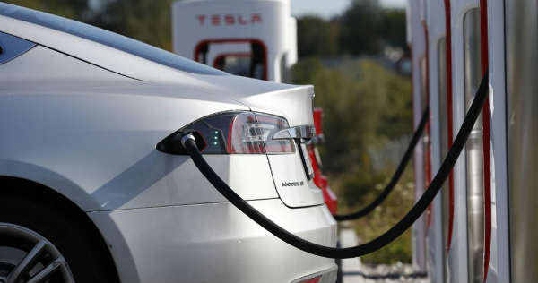 Tipping the Scales 7 Advantages and Disadvantages of Electric Vehicles 1